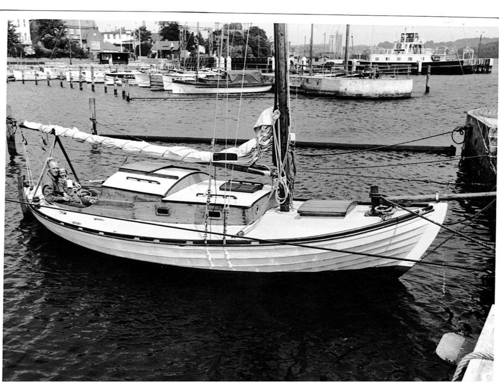 1959 - man ser tydeligt, hvordan Helge har forlænget kahytten med nogle fod. Ved samme lejlighed er cockpittet flyttet bagud. Båden har stadig dækluge, den erstatter Helge senere med et lille dækshus.