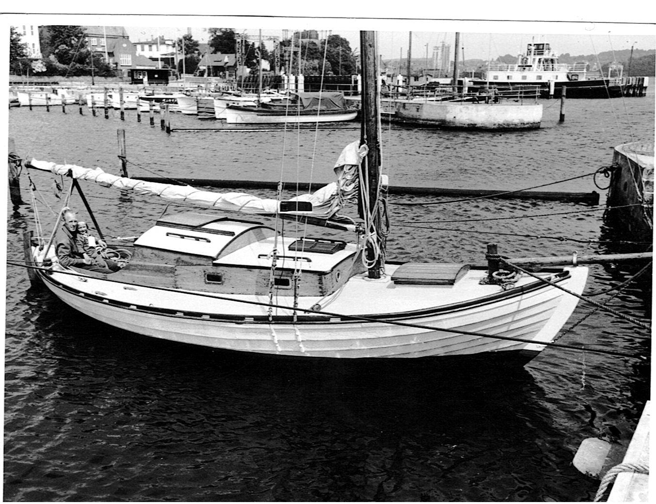 1959 - Helge Møller købte båden i 1956 og er begyndt at bygge båden lidt om. Helge har forlænget kahytten med nogle fod. Ved samme lejlighed er cockpittet flyttet bagud. Båden har stadig dækluge, den erstatter Helge senere med et lille dækshus.