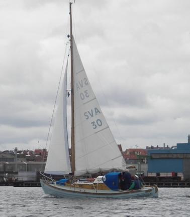 Fra omkring 2004. Spray som Helge Møller gerne ville se hende, på et godt kryds inde under land i god vind, der er taget et reb i storsejlet.