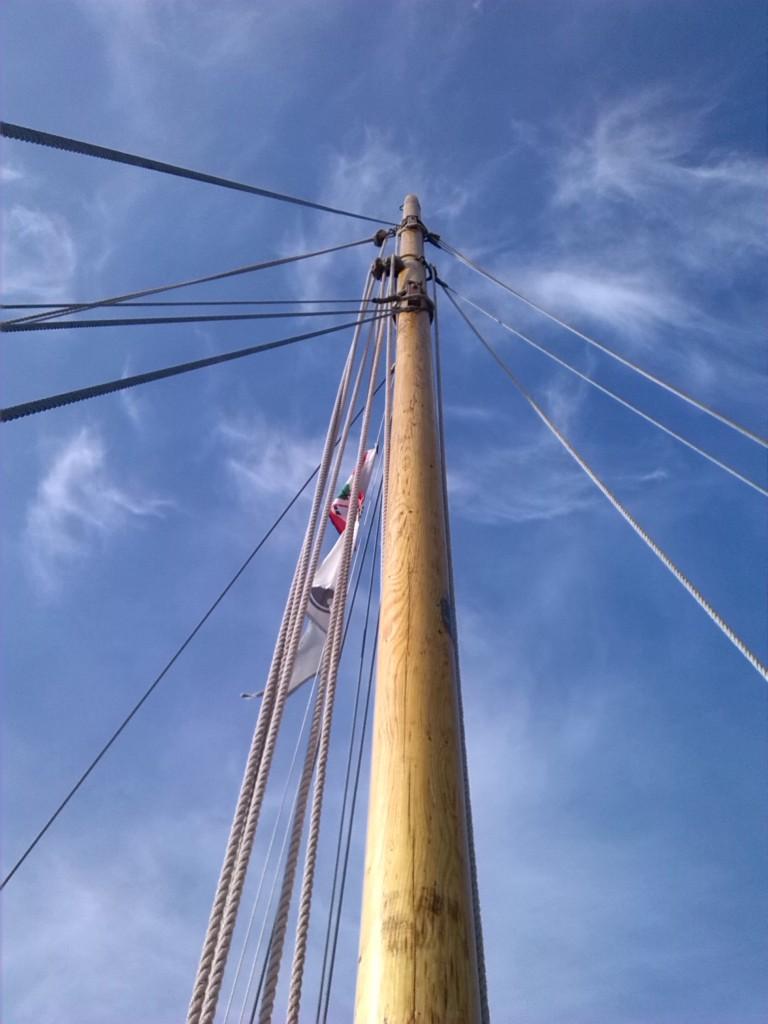 Den gamle dråbeformede mast høvlet rund, og rigget med galvaniseret vire lagt i øjeslejse om masten. Øjesplejsene hviler på kindbakker af eg.