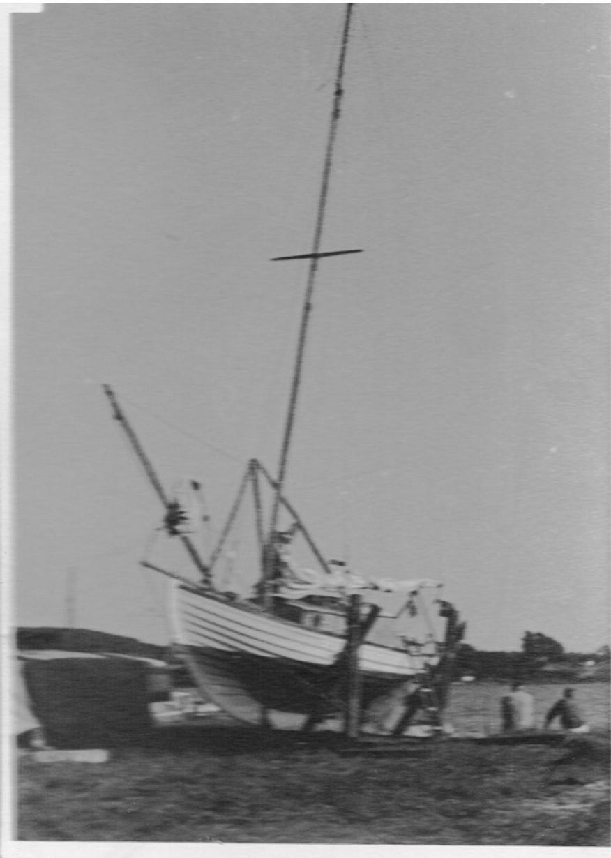 På bedding 1959 på Thurø. Bemærk at bovspryddet er løftet, det er altså ikke en løs klyverbom som det nok var oprindelig.
