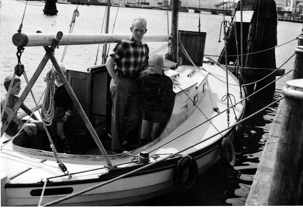 Helge Møller og sønner fra sommeren 1961. Båden har stadig almindelig forluge, og der er monteret spil og klamper.
