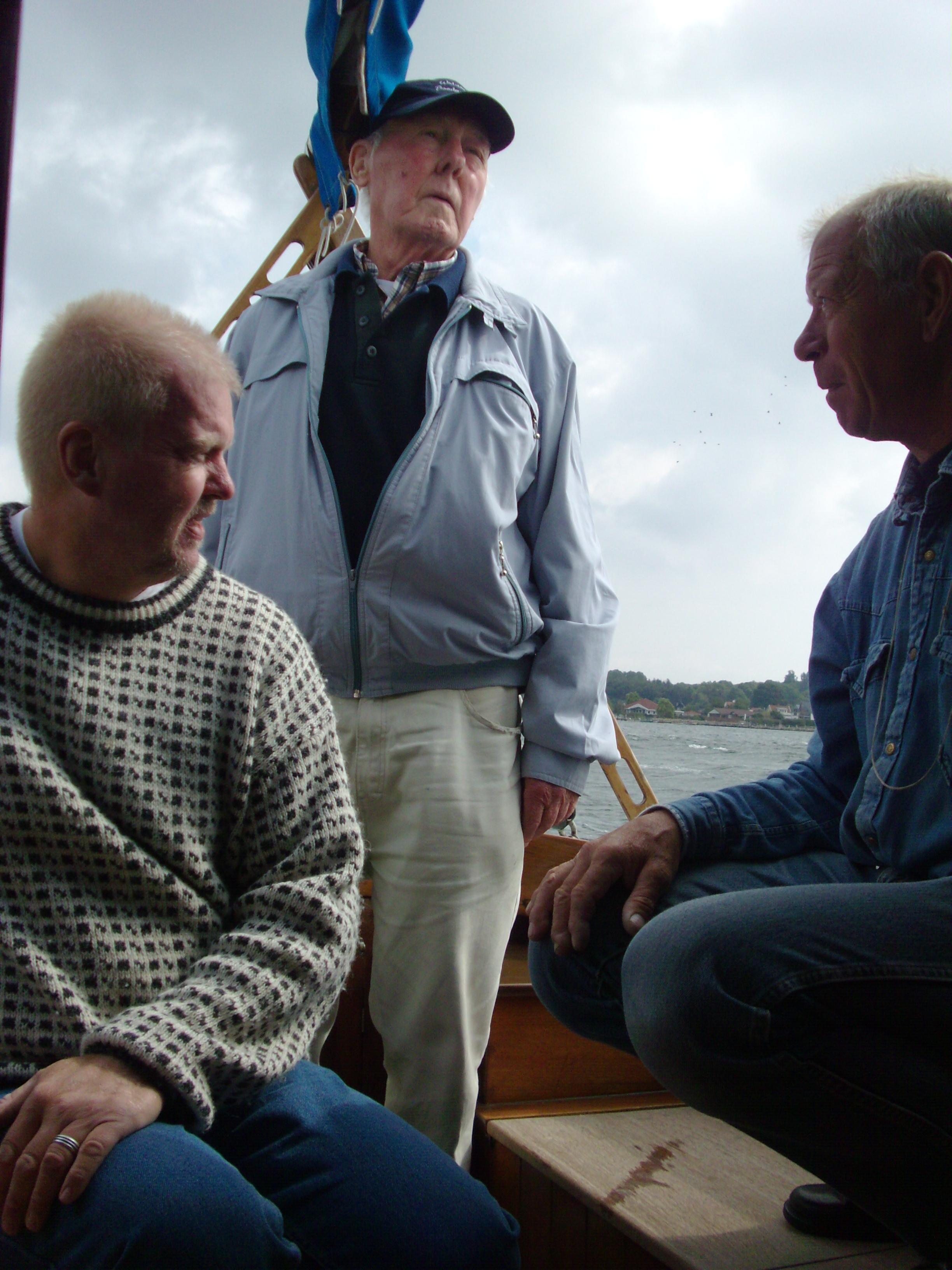 Helge ved roret for aller sidste gang. 52 års sejlads med Spray kom til en ende. Med i båden er Helge ved roret, t.h. Helges gode ven, træsejleren Tom fra Svendborg, og t.v. mig selv.