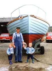 Helge Møller med et par af børnebørnene foran Spray. Helge havde Spray i 52 år, og hans egne børn voksede næsten op i båden.