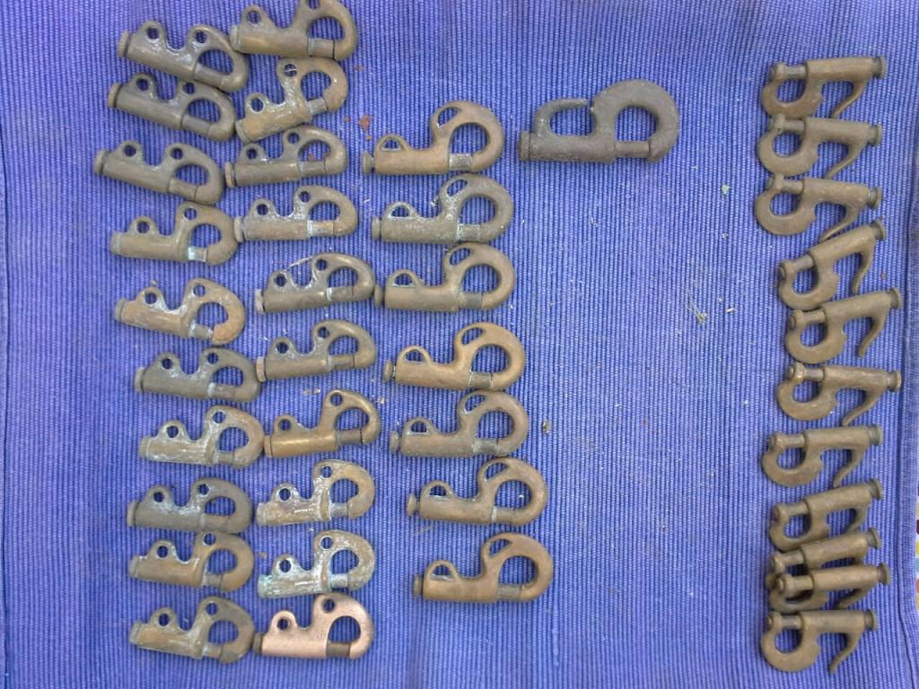 Skøde kroge og løjerter. 20 kr stk. Bronze. Bemærk forskellige størrelser.